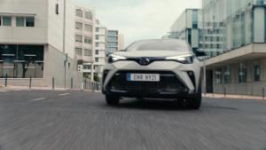 Uskalla erottua, riko rajoja, tavoittele parasta. Valloita tiet ja käännä katseet C-HR Hybridillä. Uudessa C-HR Hybrid -mallissa...