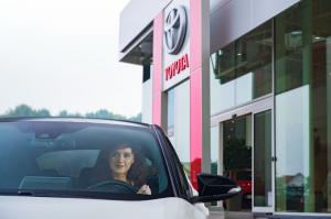 Toyota Airportin huoltopalveluautomaatti palvelee asiakkaitamme 24/7. Sen avulla hoidat huoltokäyntiin liittyvät rutiinit vaivattomasti oman aikataulusi mukaan. Voit esim. jättää ja noutaa autosi avaimet, ottaa ja palauttaa mahdollisen sijaisautosi avaimet, hyväksyä huollon työmääräyksen ja maksaa huoltolaskun autoa noutaessasi.   TUTUSTU palveluun linkistä!  https://youtu.be/xxGWUtIfNCw
