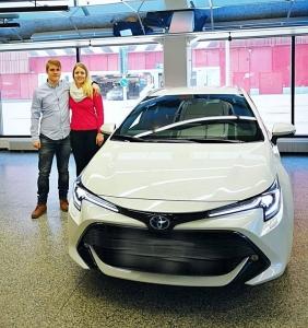 Ensimmäinen uuden sukupolven Corolla luovutettiin tänään onnellisille omistajilleen Itäkeskuksesta. Ja mikäs sen parempi hetki olisikaan cruisailuun kun aurinkoinen viikonloppu. Toyota Itäkeskus toivottaa Tomille ja Saralle onnellisia kilometrejä uuden Corollan kanssa!